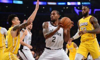 Kawhi Leonard des Clippers au milieu de LeBron James et Danny Green des Lakers
