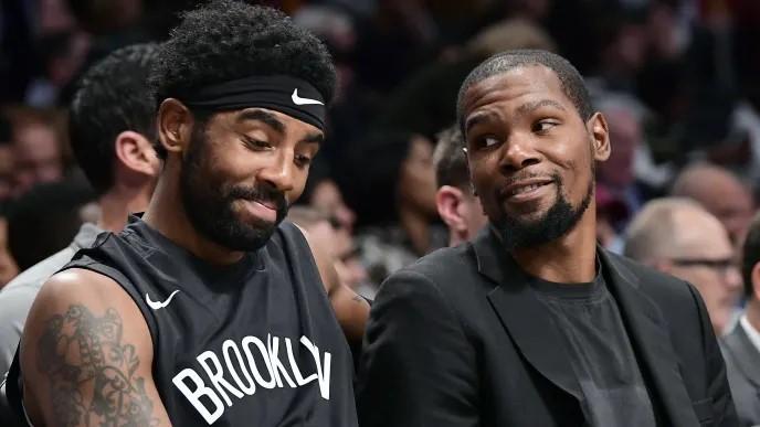 Kyrie Irving et Kevin Durant sur le banc des Nets