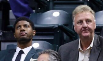Paul George et Larry Bird regardent en l'air