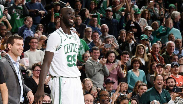 Tacko Fall et Brad Stevens pendant un match des Celtics