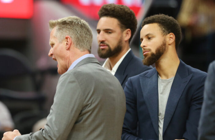 Steve Kerr, Klay Thompson et Stephen Curry durant un temps-mort
