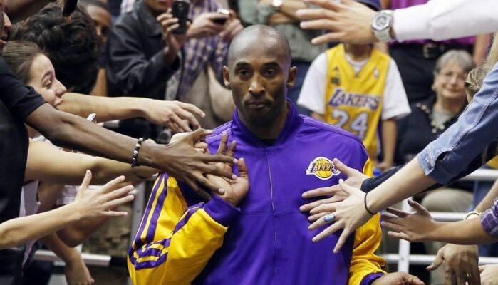 Kobe Bryant fend la foule sous le maillot des Lakers