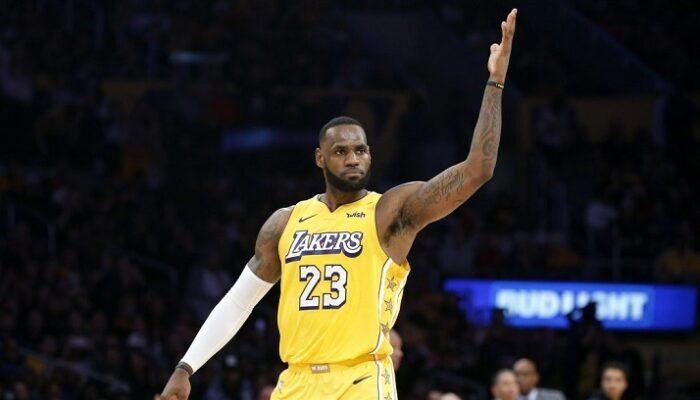 LeBron James récompensé, rejoint 6 légendes