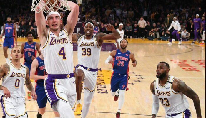 Alex Caruso des Lakers monte au dunk devant LeBron et Howard