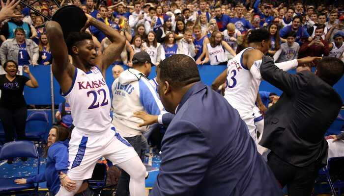 Énorme baston entre les deux équipes de Kansas !