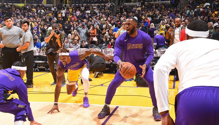 LeBron James absent, Dwight Howard reprend sa routine d'avant match