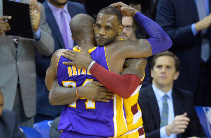 Kobe Bryant et LeBron James s'enlacent