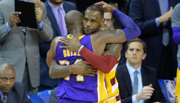 Kobe Bryant et LeBron James s'enlacent