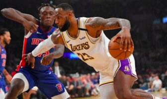 Sekou Doumbouya en défense face à LeBron James
