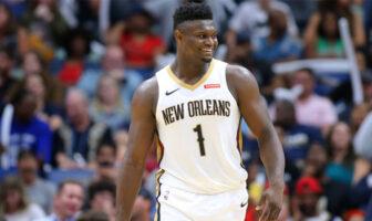 Zion Williamson tout sourire avec le maillot des Pelicans