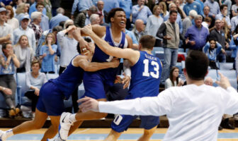 Duke s'impose au buzzer dans un match fou face au rival North Carolina