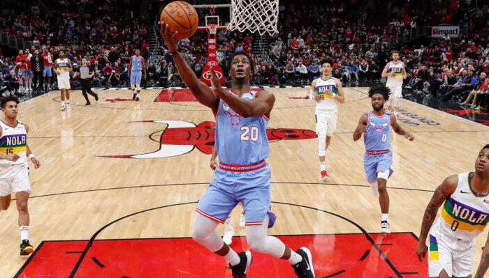 Le joueur français des Chicago Bulls Adam Mokoka, sous le panneau du United Center, lors du match face aux New Orleans Pelicans, le 6 février 2020