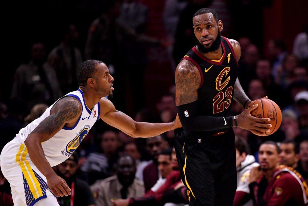Lebron James, ballon en main, opposé à André Iguodala, lors du match Cleveland Cavaliers - Golden State Warriors