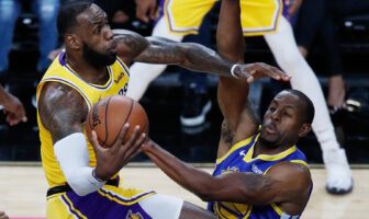 Andre Iguodala tentant de contrer LeBron James lors de la rencontre Los Angeles Lakers-Golden State Warriors