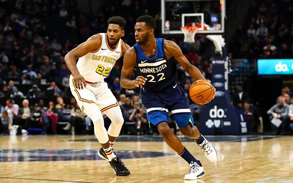 Andrew Wiggins ballon en main face aux Golden State Warriors, le 8 novembre 2019