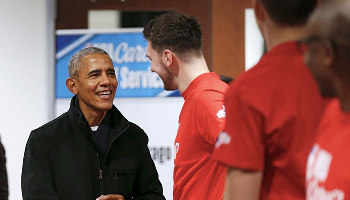 Barack Obama en discussion avec Luka Doncic lors du All-Star Weekend 2020