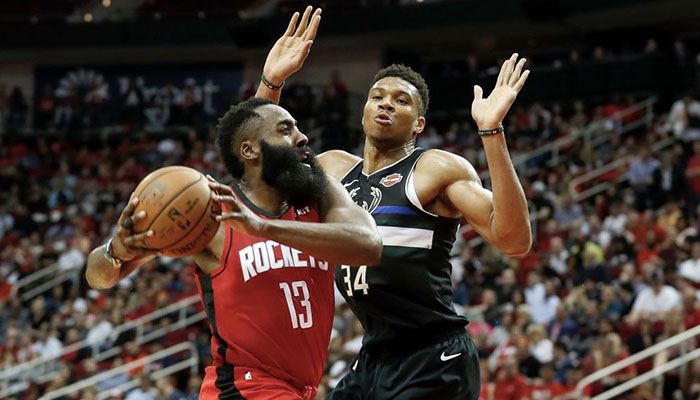 Giannis Antetokounmpo défend sur James Harden lors d'un match opposant les Houston Rockets aux Milwaukee Bucks