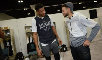 Giannis Antetokounmpo et Stephen Curry à l'occasion du All-Star Game 2020