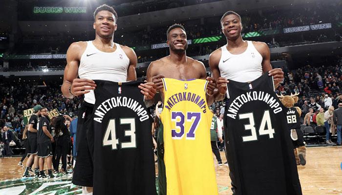 Giannis, Kostas et Thanasis Antetokounmpo après la rencontre opposant les Milwaukee Bucks aux Los Angeles Lakers
