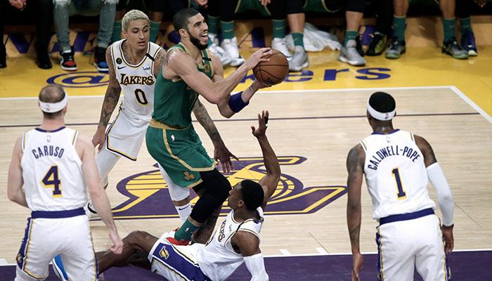 Jayson Tatum monte au lay-up devant les yeux d'Alex Caruso, Kyle Kuzma, Rajon Rondo et Kentavious Caldwell-Pope lors du match opposant les Boston Celtics aux Los Angeles Lakers, le 23 février 2020