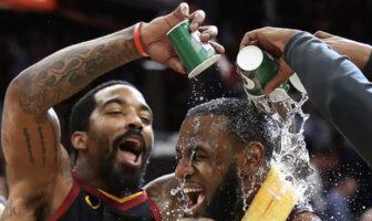J.R. Smith renverse un verre sur le visage de LeBron James après un match des Cleveland Cavaliers