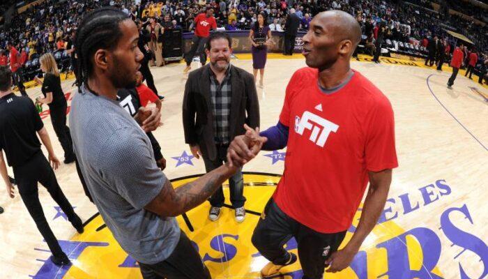 Kawhi Leonard sert la main de Kobe Bryant lors du match opposant les San Antonio Spurs aux Los Angeles Lakers