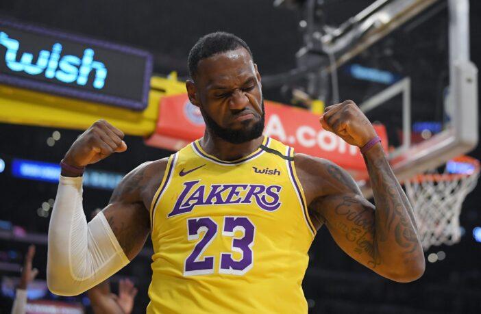 LeBron James célébrant un panier inscrit sous le maillot des Los Angeles Lakers