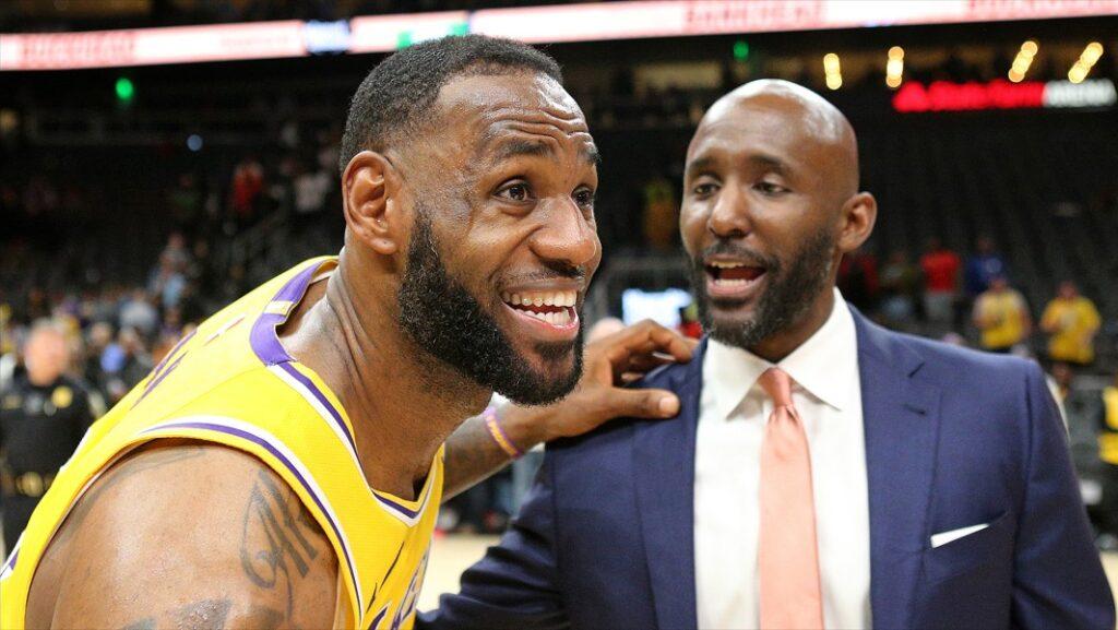 Lebron James, joueur des Los Angeles Lakers, et Lloyd Pierce, entraîneur des Atlanta Hawks