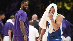 LeBron James et Stephen Curry tout sourire lors du match opposant les Los Angeles Lakers aux Golden State Warriors