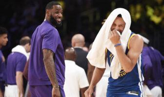 LeBron James et Stephen Curry tout sourire lors du match opposant les Los Angeles Lakers aux Golden State Warriors