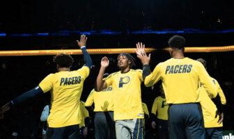 Myles Turner tapent dans les mains de ses coéquipiers lors de la présentation de l'équipe des Indiana Pacers