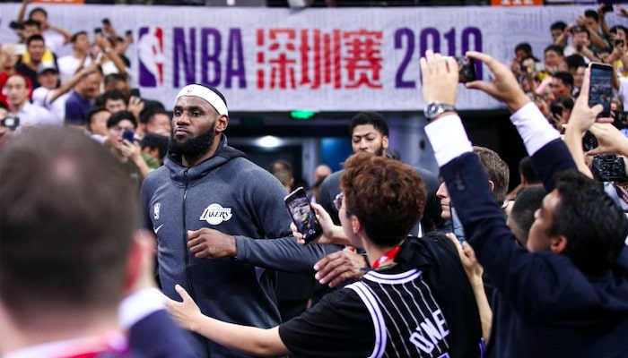lebron james et anthony davis face aux fans chinois