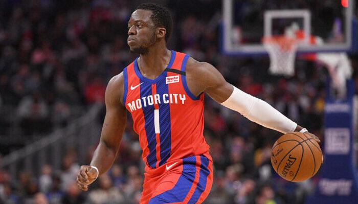 Reggie Jackson, ballon en main, sous le maillot des Detroit Pistons