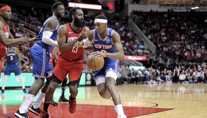 R.J. Barrett ballon en main face à James Harden, lors du match opposant les New York Knicks aux Houston Rockets