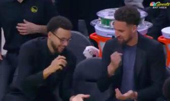 Stephen Curry et Klay Thompson se livrent à un duel de pierre-feuille-ciseaux sur le banc des Warriors lors de la rencontre opposant les Golden State Warriors au Miami Heat, le 10 février 2020