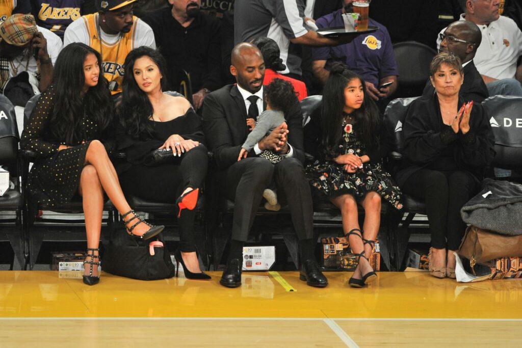 Vanessa, Kobe et Gianna Bryant lors d'un match des Los Angeles Lakers au Staples Center