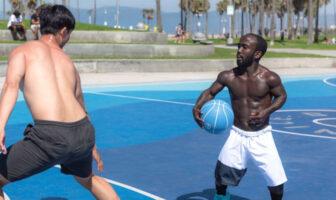 Mani Love en train de crosser un adversaire à Venice Beach