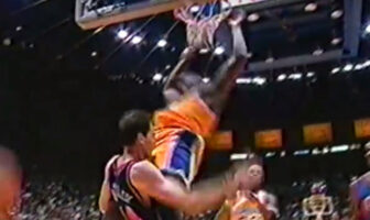 Shaquille O'Neal dunk sur Chris Dudley lors d'un match Lakers Knicks