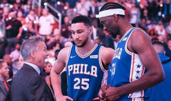 Brett Brown en discussion avec Ben Simmons et Joel Embiid lors d'un match des Phildelphia Sixers