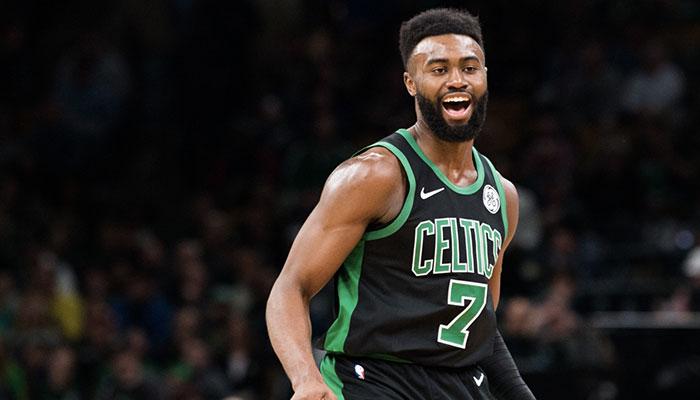 Jaylen Brown tout sourire sous le maillot des Boston Celtics