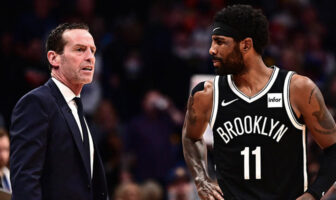 Kenny Atkinson et Kyrie Irving lors d'un match des Brooklyn Nets