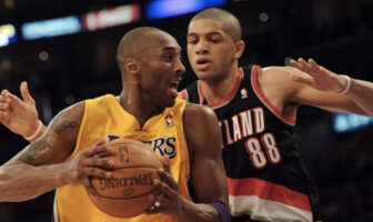 Kobe Bryant en duel avec Nicolas Batum lors d'une rencontre opposant les Los Angeles Lakers aux Portland Trail Blazers