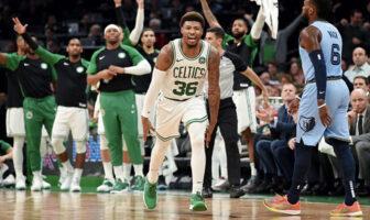 Marcus Smart célèbre un panier devant le banc des Boston Celtics