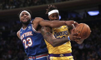 Mitchell Robinson tente de contrer Dwight Howard lors d'un match opposant les New York Knicks aux Los Angeles Lakers