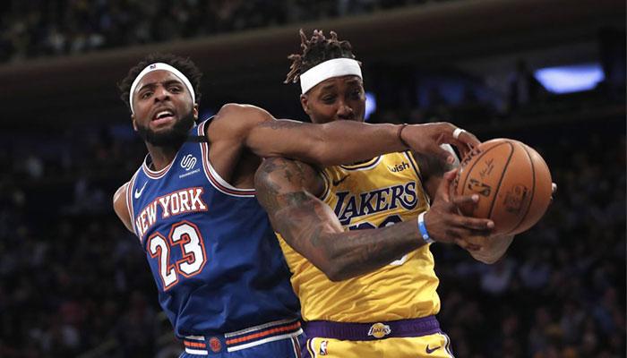 Mitchell Robinson tente de contrer Dwight Howard lors d'un match opposant les New York Knicks aux Los Angeles Lakers