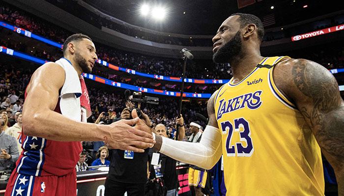 Ben Simmons et LeBron James se tapent dans la main après un match opposant les Philadelphia 76ers et les Los Angeles Lakers