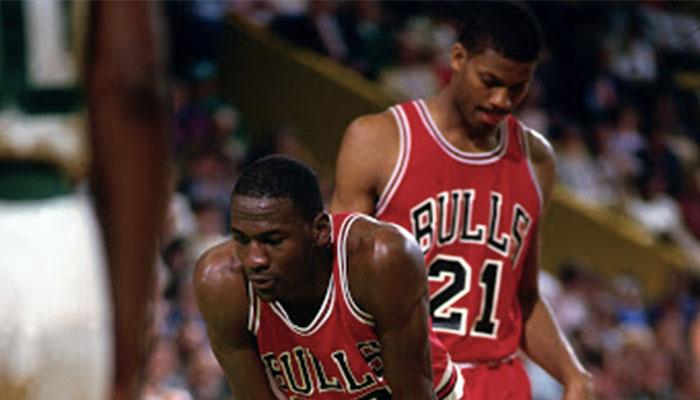Michael Jordan et Sidney Green sous le maillot des Chicago Bulls lors du premier tour des playoffs 1986 face aux Boston Celtics