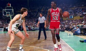 En 1986, Michael Jordan établit le record de points en un match de playoffs avec 63 unités.
