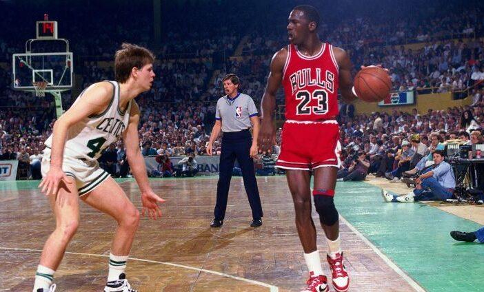 En 1986, Michael Jordan établit le record de points en un match de playoffs avec 63 unités.