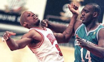 Dennis Rodman reçoit un coup de la part d'Anthony Mason dans un match opposant les Chicago Bulls aux Charlotte Hornets